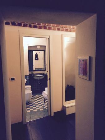 Hotel Cascina di Corte : Hallway and Bathroom in Room No 5