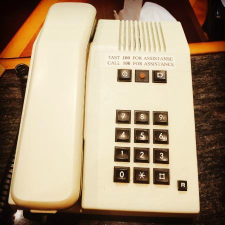 Alversund, Norge: Tast 100 for assistanse. Resepsjonen er bemannet av en retro herlig telefon. Nostalgi på Alver.
