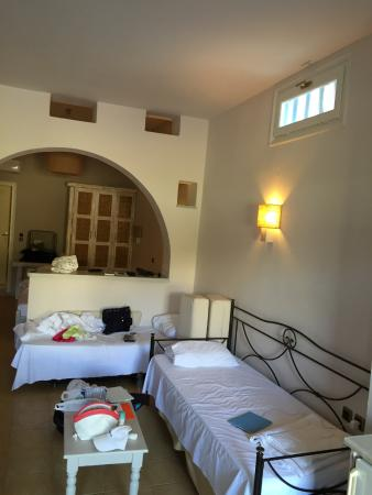 Ammos Naxos Exclusive Apartments: ψηλά διακρίνεται το παράθυρο εξαερισμού