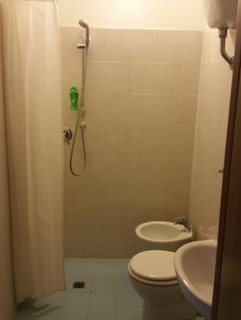 Mary's House: salle de bain propre bien équipée, il faut s'habituer à la douche