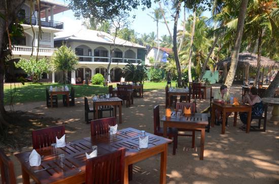 Sri Gemunu Beach Resort: Essen im Garten