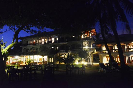 Sri Gemunu Beach Resort: Sri Gemunu bei Nacht