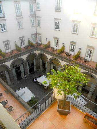 M Gallery Palazzo Caracciolo: Terrasse des petits déjeuners et des diners dans un ancien palais