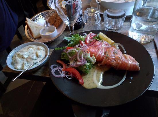 Salmone affumicato con verdure ed una leggera salsa di mostarda, accompagnato da patate bollite