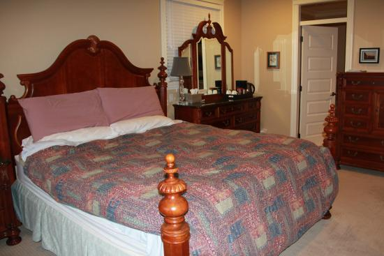 Christines Bed & Breakfast: room with kingsize bed