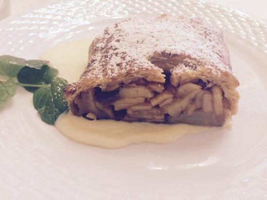 San Michele all'Adige, Itália: Strudel di mele trentine con salsa vaniglia