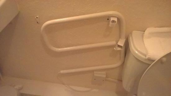 The Captain Cook Hotel: Broken towel heater