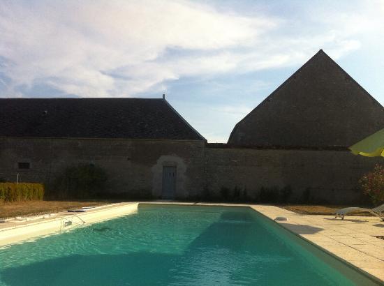 Chateau La Touanne: piscina