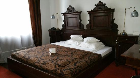 Hotel Poesis Satu Mare: Foto della camera matrimoniale e del bagno tutto molto pulito ed in ordine