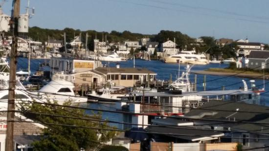 Cape Cod Harbor House Inn: View from the second floor balcony from the rooms on that end.