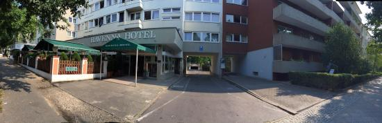 Novum Hotel Ravenna Berlin Steglitz : The main entrance and the parking lot in the back side