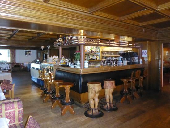 L angolo bar con gli sgabelli kitsch foto di sporthotel