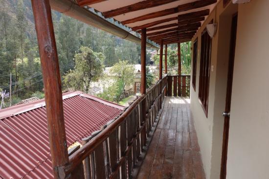 Hostal Iskay: Walkway outside the room