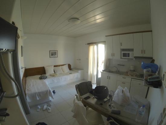 Paros Apartments : stanza principale, con divano e cucinotto