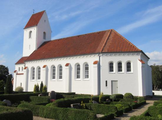 Hejnsvig, Dinamarca: Vesterhede Kirke i september-sol