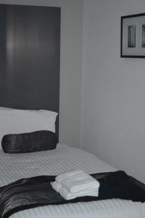 Hotel Hebrides: Wall on right hand side of the bed