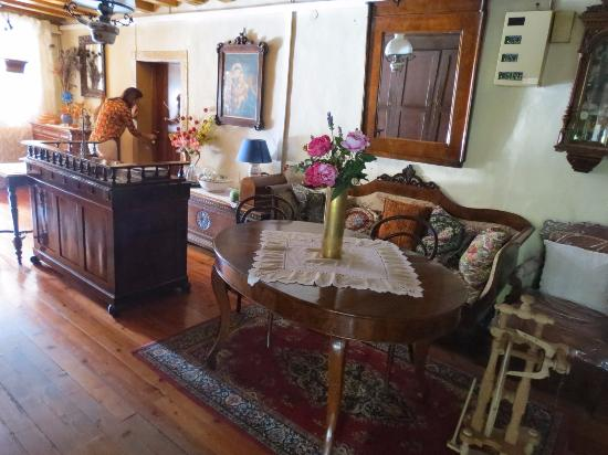 Fonzaso, Italy: Preserved old living room