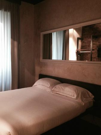 Parete attrezzata con doccia a vista - Foto di Relais Orso, Roma ...