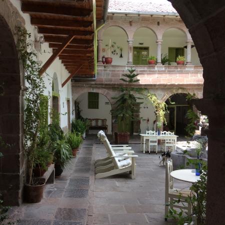 Ninos Hotel Meloc: Courtyard