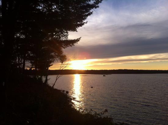 Northridge Inn & Resort: View of sunset from shore
