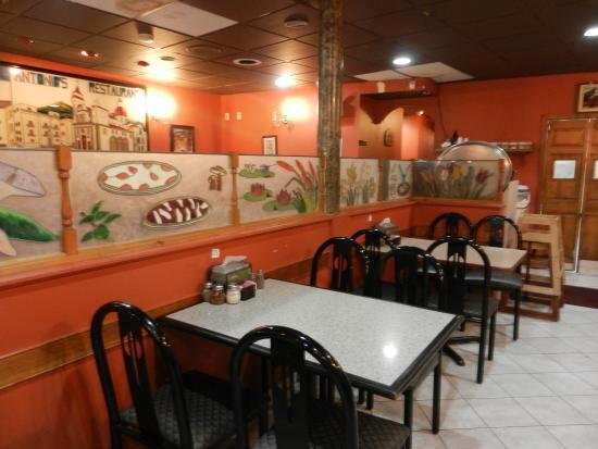 Antonio's Pizzeria: Dining area at Antonio's