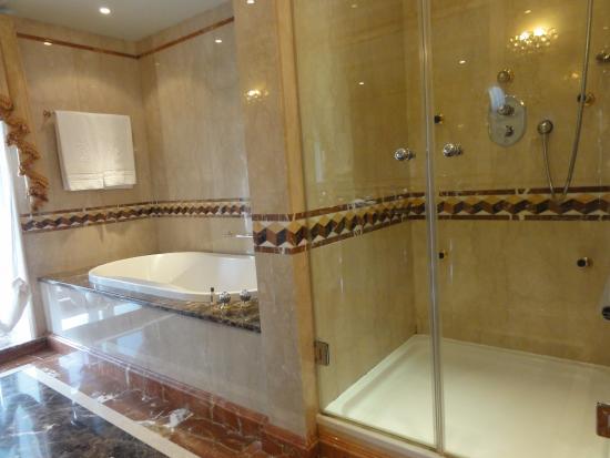 Ba o con tina de ba o y ducha separada con varios chorros for Banos con tina y ducha