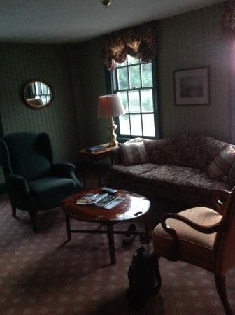 The Rochester Inn: Charming living room in two story suite