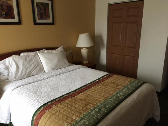 TownePlace Suites East Lansing: King Size Bed in Suite
