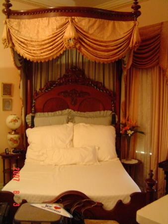 Riverside Bed and Breakfast: Lavish beds and furniture.