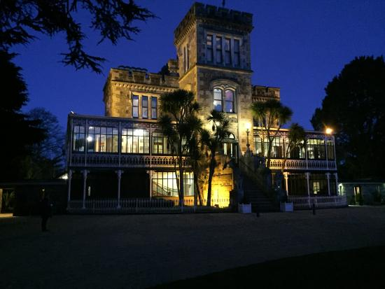 Larnach Castle & Gardens: Larnach Castle at sunset