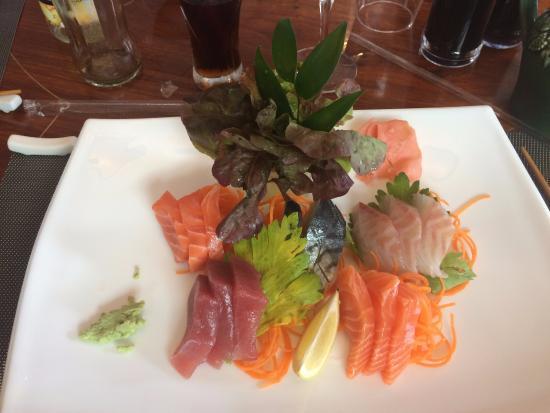 Soleil Levant Port Marly: Sashimi et brochettes