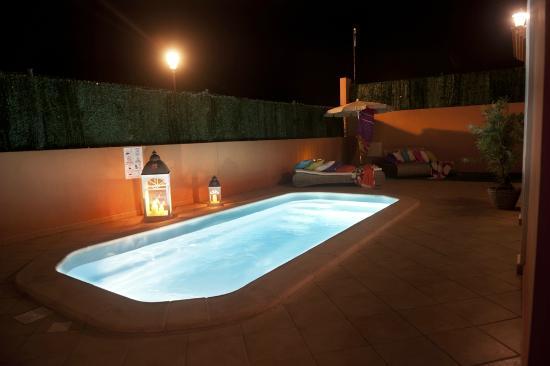 Piscina climatizada con iluminacion nocturna villa deluxe for Piscina climatizada