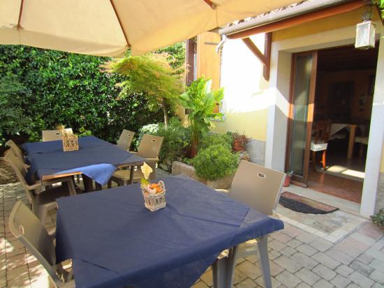 Tavoli allesterno per colazione - Foto di La Carbonara 6, Calmasino ...