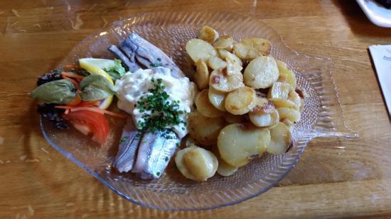 Ditzum, Allemagne: Matjes, Bratkartoffeln