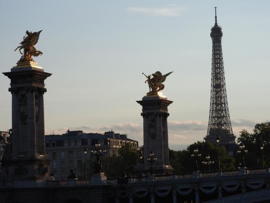 Paris, Frankrike: Desde el Sena torre eiffel con puente Alexandre III