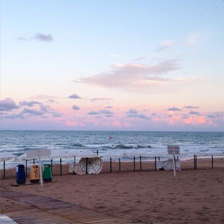 Playa de Guardamar: Чудесный пляж, песок чистый, каждое утро приводят в порядок, в сентябре народу немного, всегда е