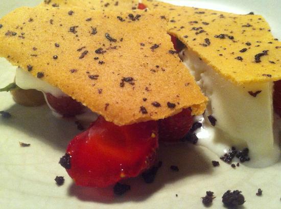 Dessert med lakrids og dehydreret oliven - samt jordbær - Billede af Restaurant Radio, København ...