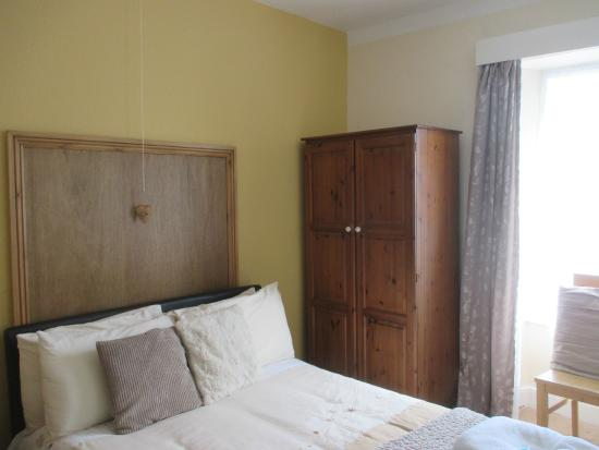 White Lion Hotel : Bed and wardrobe
