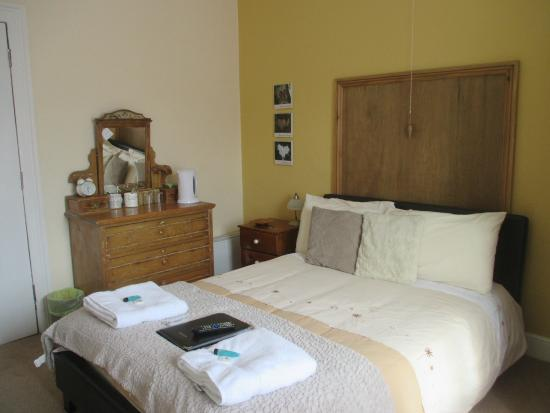White Lion Hotel : bed with towels and toiletries