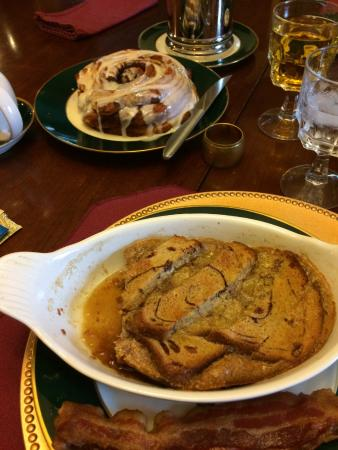 The Fox Inn Bed & Breakfast: Creme Brûlée and Cinnamon Roll