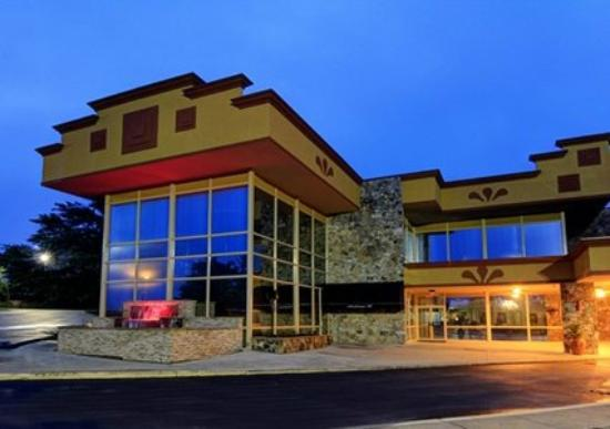 Clarion Inn & Suites University Center: Clarion at Night
