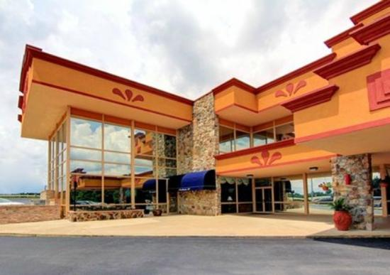 Clarion Inn & Suites University Center: Clarion