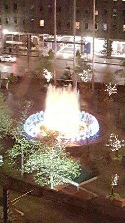 DoubleTree by Hilton Hotel & Suites Pittsburgh Downtown : Our view from the DoubleTree. Beautiful fountain lit up at night.