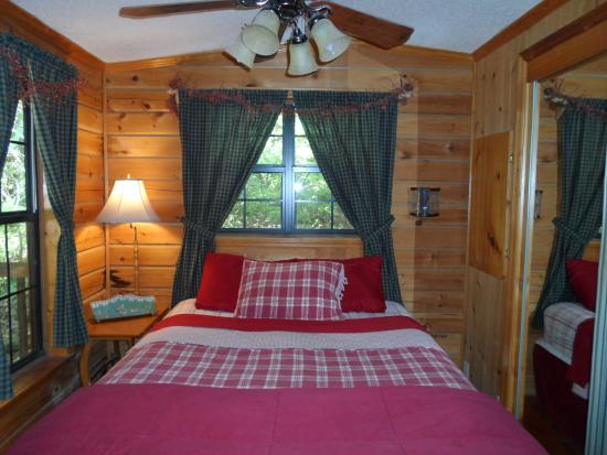 Fiddler's Roost Cabins : comfortable bed