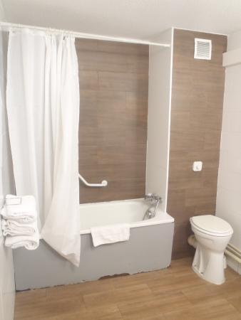 Euro Hotel Orly Rungis: finition des revêtements de baignoire inférieurs.....