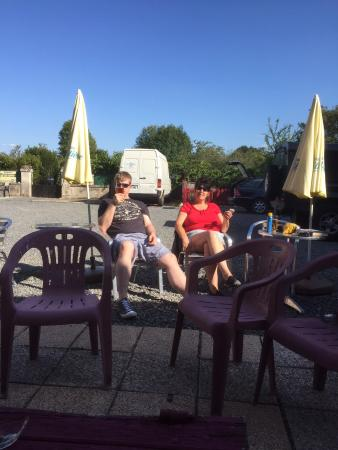 Bussiere-Poitevine, ฝรั่งเศส: The courtyard outside the bar