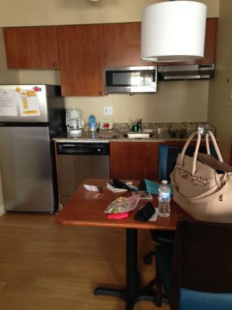 TownePlace Suites Seattle Southcenter: Kitchenette & Work Space