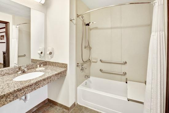 Days Inn Oklahoma City/Moore : Bathroom - Accesible