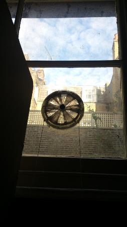 Belgravia Rooms: La unica ventilacion de mi habitacion para 5 personas en el Sotano del hotel...
