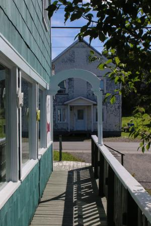 Auberge de Jeunesse du Manoir des Sapins : Manoir des sapins, vue sur la rue